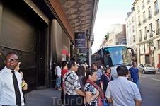 Группу туристов привезли в «Галерея Лафайетт»