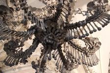 Костница. Люстра, в которой представлены все кости человека.