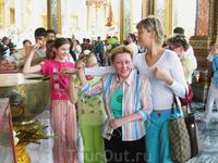 благославление лотосом перед входом в Храм Изумрудного Будды