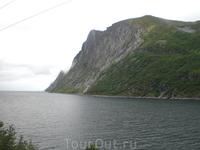 Горы, как и на Луфутуне, растут прямо из воды