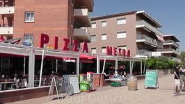 """Ресторан-пиццерия """"PIZZA-METRO"""" неподалёку от отеля. Здесь мы обедали в день приезда, т.к.на обед в отеле опоздали. Надо отметить что """"гаспаччо"""" здесь ..."""