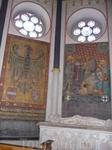 Внутри базилики много картин и гобеленов