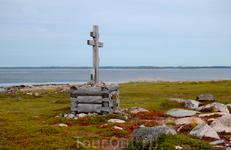 Поклонный крест, установленный Петром1 на Заяцком острове.