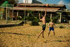 Из развлечений в отеле: пляжный волейбол, теннисный корт, настольный теннис, фитнес, вечерняя программа, аниматоры вытаскивают людей с пляжа растрясти ...