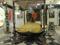 Кровать в магазине Венеции