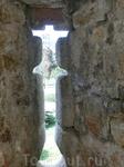 Бойницы замка имеют интересную форму – в виде креста. Такому изыску замок обязан кардиналу Педро Гонсалесу Мендосе, одному из сыновей владельца замка.