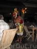 В ресторане отеля Кератон, из которого мы родом, по средам выступают местные туземцы в национальных костюмах. А в другой день очень клаасно пела очень ...