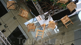Нет пределов фантазии дизайнеров Севильи: стулья под потолком в Музее фламенко