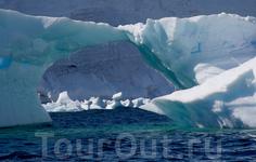Айсберги - шедевры антарктической архитектуры.