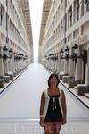 Изнутри маяк представляет собой длинный коридор по обе стороны которого расположены проходные  комнаты. Всем странам которые спонсировали строительство ...