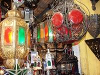 Красивые, цветные фонарики на рынке Марракеша.