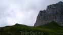 От перевала мы с сыном взобрались на холм,чтобы увидеть Фишт(две маленькие точки на верху холма,это я с Лехой.Справа стена Оштена,высотой 500м