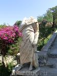 Такие вот безголовые скульптуры были довольно популярны - тело остается, а голову можно приставить чью-угодно. Очень выгодно :) Сменилась власть - просто ...