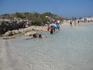 вот оттуда мы вышли с пустыни к своему месту на пляже. народ релаксирует.