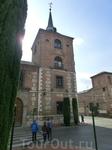 Сразу за площадью начинается улица Колледжей (Calle de los Colegios). Здание, выходящее на площадь, это Колледж Малаги, факультет Философии.