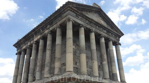 Языческий храм Гарни, насчитывающий историю в несколько тысяч лет. Был разрушен в результате землетрясения и ювелирно воссоздан с использованием, конечно, новых строительных материалов. При этом меня поразила честность, с которой была произведения реконструкция ...