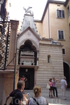 Верона.  Саркофаг одного  из правителей  рода Делла  Скала - Канграде I Делла  Скала , установленный в стене  семейной  церкви  Скалигеров  Санта  Мария ...