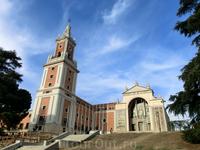 Рядом с Faro de Moncloa находится еще одно интересное заведение - это Музей Америки. Он был основан декретом от 1941 года и в нем хранится более 25000 ...