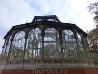 Архитектурный шедевр, построенный из стекла и металла.