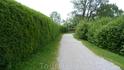 Пешеходные маршруты вокруг озера располагают к прогулкам, а живая изгородь из елок насыщает воздух хвойными ароматами.