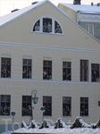 На торцевой стороне здания в оконных проемах размещены фотографии преподавателей,ректоров и деканов Тартуского университета. Окна обращены на университетский ...