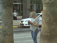 Женщина с зелёными волосами и разноцветными ногтями. На улицах Тель-Авива.