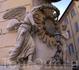 Скульптура  святых на доме в районе фонтана  Треви.
