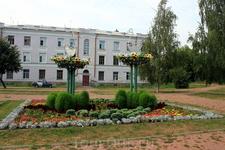 Композиция на улице Ленина напротив городской поликлиники.