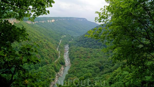 """Далее возвращаемся тем же путем,и пройдя водопад""""Сердце Руфабго"""" в сторону первого водопада,с левой стороны ввех будет уходить маркированная тропа под названием """"С легким паром"""".Почему она иак называется вы поймете когда подниметесь по ней.Но и этот подъем ..."""