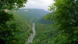 Далее возвращаемся тем же путем,и пройдя водопад&quotСердце Руфабго&quot в сторону первого водопада,с левой стороны ввех будет уходить маркированная тропа под названием &quotС легким паром&quot.Почему