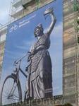 """Мюнхен-город контрастов.Понравилась """"тётя"""" с великом-огромный баннер на доме."""