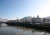 вид на старый город, расположенный  на левом берегу Зальцаха, с пешеходного моста