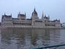 а напротив Королевского дворца - здание Парламента, совершенно неземной красоты