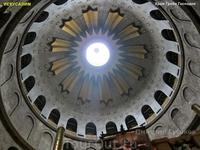 Внутренняя часть Храм Гроба Господня представляет Ротонда Воскресения – округлое трех ярусное помещение диаметром более 30м с высоким куполом и колоннами ...