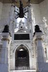 В центре маяка расположен мавзолей из белого мрамора, в котором якобы покоятся останки Колумба