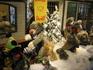 Фигур в детской рождественской композиции -100, и все они двигаются.