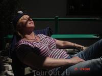 утомившись наблюдать за приготовление дюжины итальянских блюд, некоторые члены команды уснули, пригревшись на итальянском солнышке...