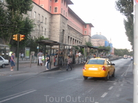 Остановка стамбульского трамвая! вход на остановку через турникеты (как в метро) по жетонам, сам трамвай выглядит как скоростной поезд, а внутри работает ...