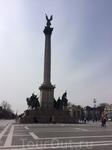 В центре площади - колонна с Архангелом Гавриилом на земном шаре и с короной короля Иштвана (не каждого короля короновали этой драгоценной для венгров ...
