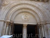 Главный вход в церковь Христа Искупителя.