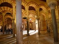 Сохранённые от разрушения арабские мотивы а христианском Соборе.