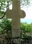 Один из многочисленных крестов, разбросанных по всему парку. Румынская королева была приверженницей странной веры, которая призывает объединить все религиозные ...