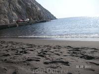 На черном пляже Периссы. Следы на черном песке