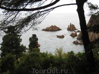 Вид на Средиземное море. Скалы типичны для побережья Коста Бравы, их желтоватый цвет создает удивительный контраст с изумрудным морем...