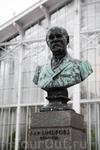 А это владелец сада, генерал-майор Иаков Юлиус Линдфорс, который передал его городскому обществу садоводов, при условии, что сад будет бесплатно открыт для всех желающих.