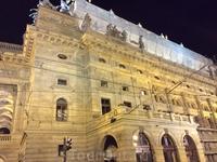 А это здание Национального театра: действительно был построен на народные пожертвования, хотя часть средств выделило правительство. А в списке жертвователей ...