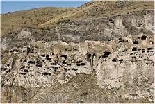Это сейчас город выглядит как собственный макет в разрезе. В XII-XIII веках он находился внутри горы, уходя вглубь на 50 метров, – был чем- то вроде муравейника ...