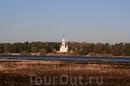 Церковинка на противоположном берегу.