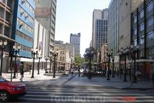 Куритиба. Пешеходная улица с множеством магазинов и кафе