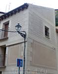 В Сеговии очень много таких вот домов, украшенных затейливыми узорами, как будто вырезанными на штукатурке.